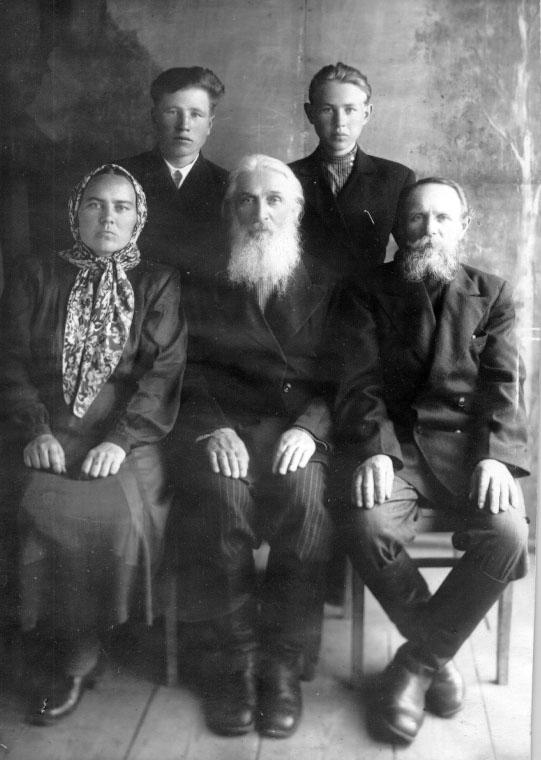 1950-1952 гг., с духовными чадами..jpg
